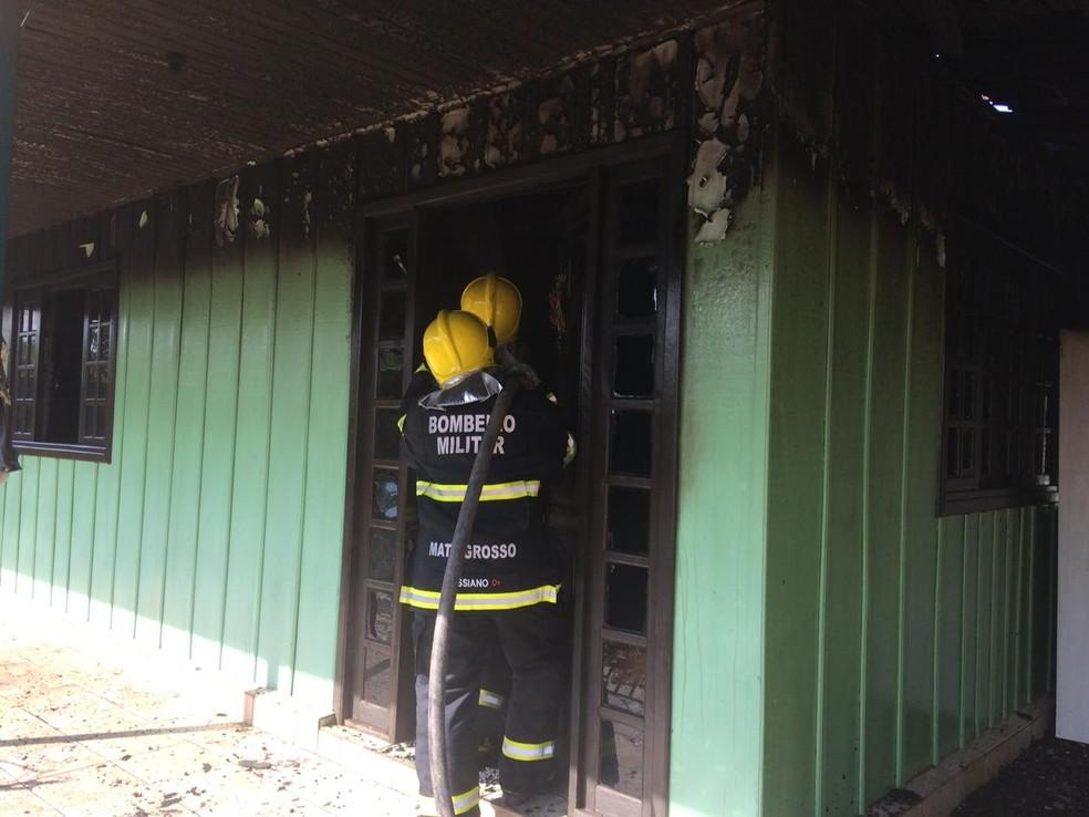 Idosa foi socorrida antes que incêndio tomasse conta do imóvel — Foto: Corpo de Bombeiros-MT/ Divulgação