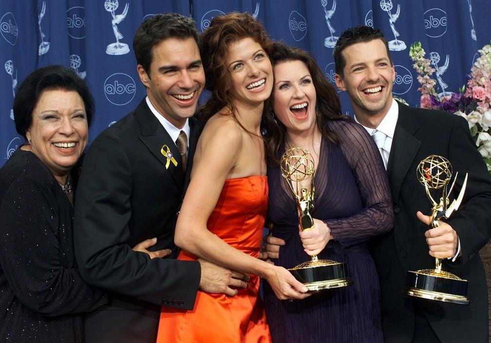 Shelley Morrison com Eric McCormack, Debra Messing, Megan Mullally e Sean Hayes durante conquista do 52º Grammy, em 2010 — Foto: AP Photo/Kevork Djansezian/Arquivo