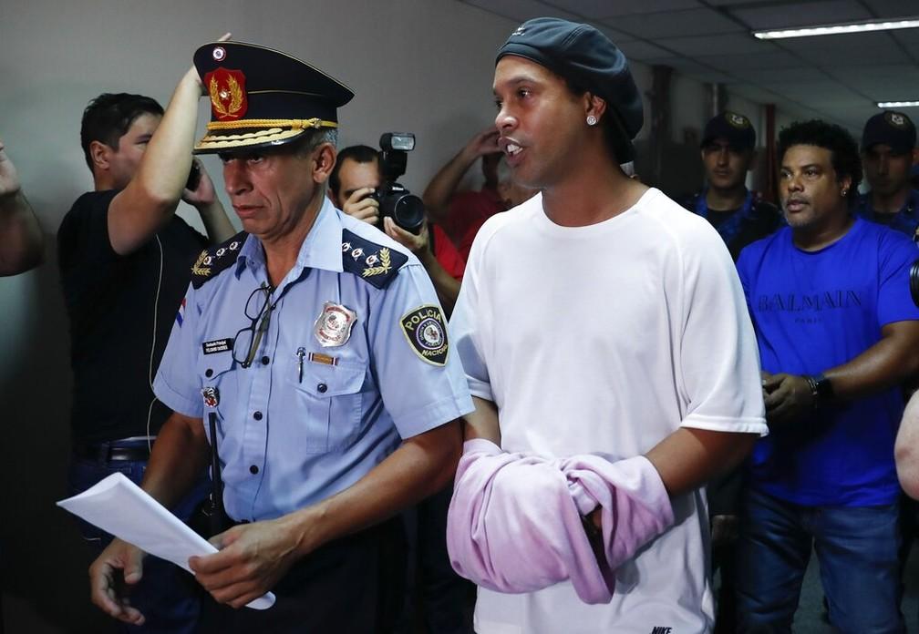 Ronaldinho Gaúcho chega algemado para depor em Assunção, no Paraguai, em 7 de março de 2020 — Foto: Jorge Saenz/AP