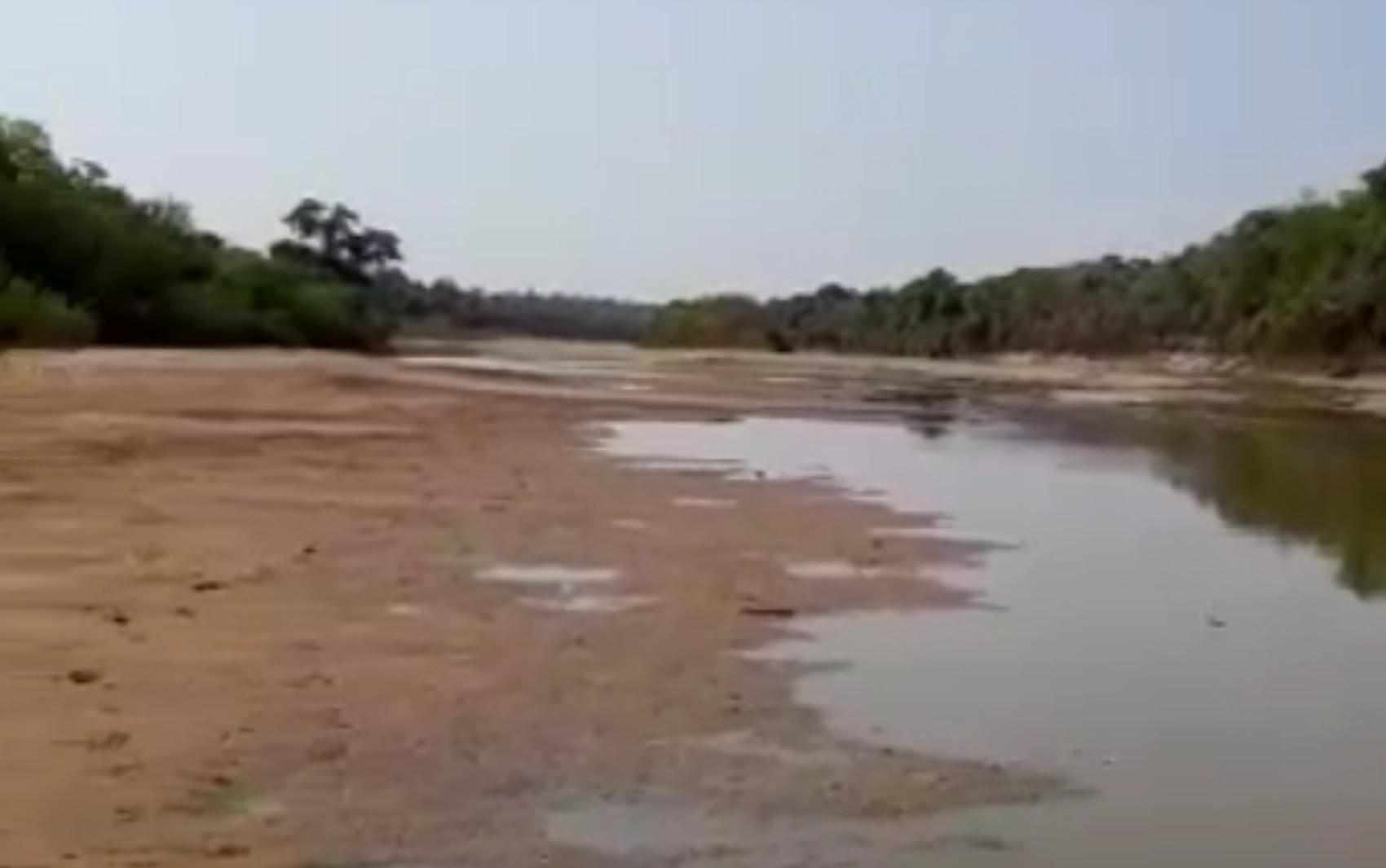 Rio do Peixe fica praticamente seco e moradores o atravessam a pé; vídeo