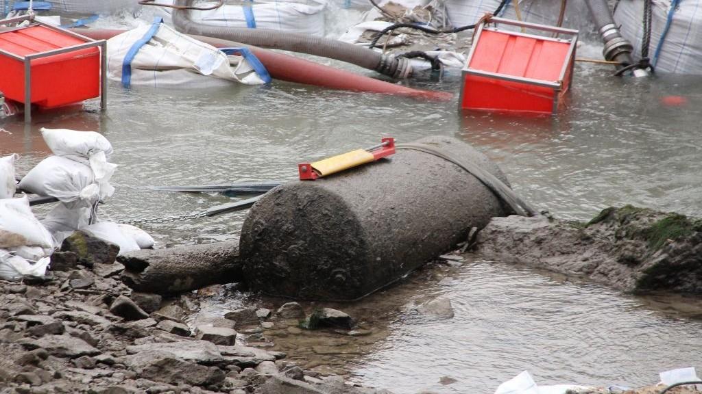 Bomba localizada durante escavação em 2011 (Foto: Wikimedia Commons)