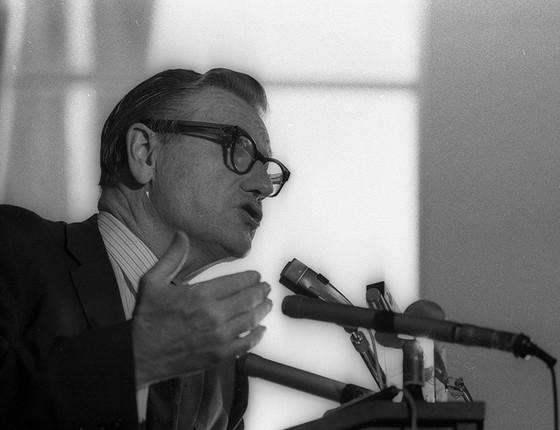 Nelson Rockefeller discursa no MAMdo Rio em 1969. O magnata acreditava que o expressionismo abstrato era o estilo que melhor representava os ideais americanos (Foto: ARQUIVO/AGÊNCIA O GLOBO)