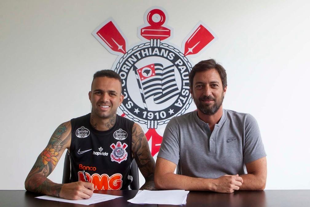 Luan assina contrato com o Corinthians ao lado de Duilio Monteiro — Foto: Daniel Augusto Jr/Ag. Corinthians