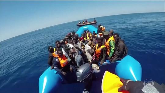 Bote com 65 imigrantes está à deriva na costa da Líbia