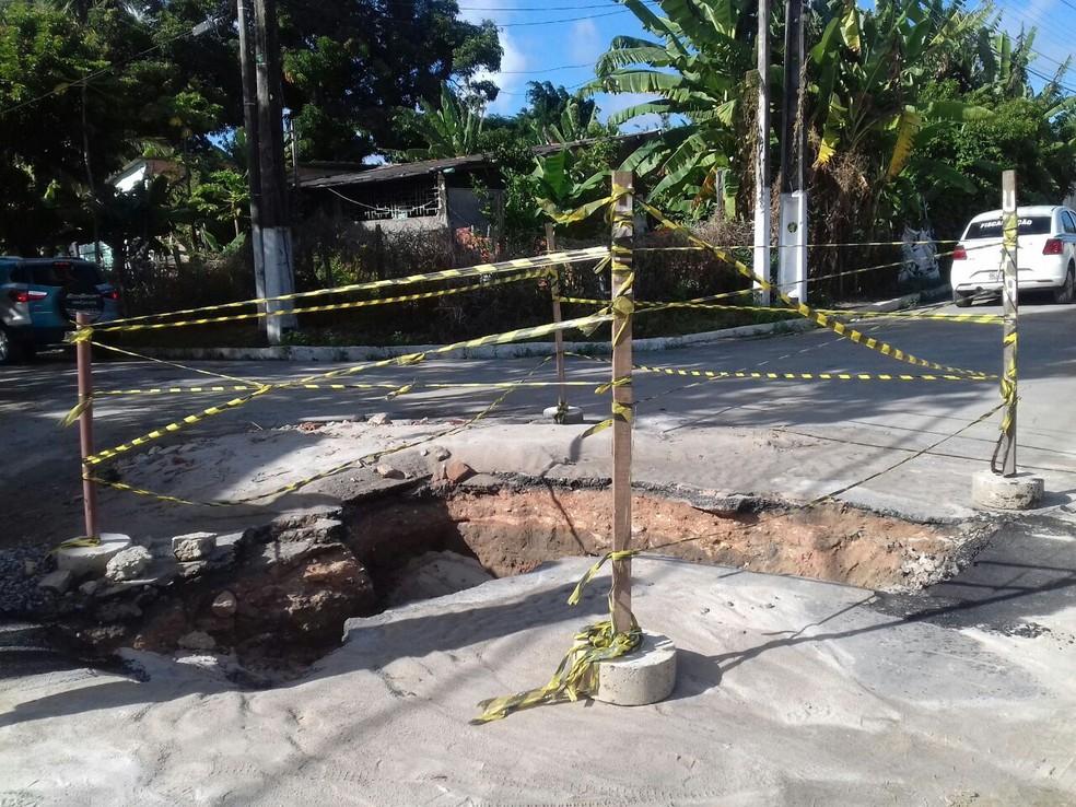 Parte do asfalto cedeu após tremor em Maceió (Foto: Roberta Cólen/G1)