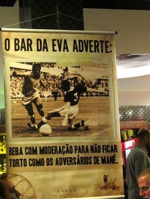 Um banner no bar do lançamento do livero faz referência a Garrincha (Foto: Janir Júnior)