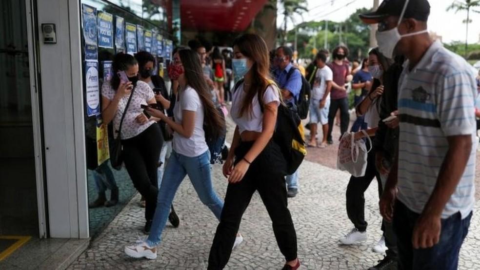 Alunos chegando para prestar o Enem 2020 em 17 de janeiro; prova teve abstenção recorde — Foto: Reuters