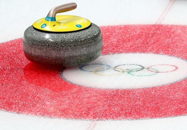 Nos jogos de curling, objetivo é que as pedras estacionem sobre marcas na pista. Granito que permite locomoção sobre o gelo precisa ter características específicas como a impermeabilidade (Foto: Divulgação/PyeongChang 2018)