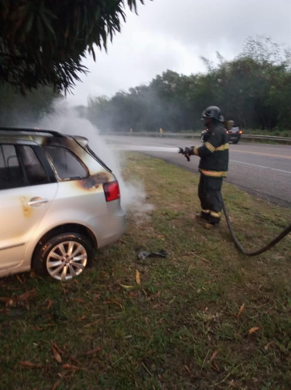 Carro movido a gás pegou fogo em Marechal Deodoro, AL — Foto: Divulgação/Corpo de Bombeiros de Alagoas