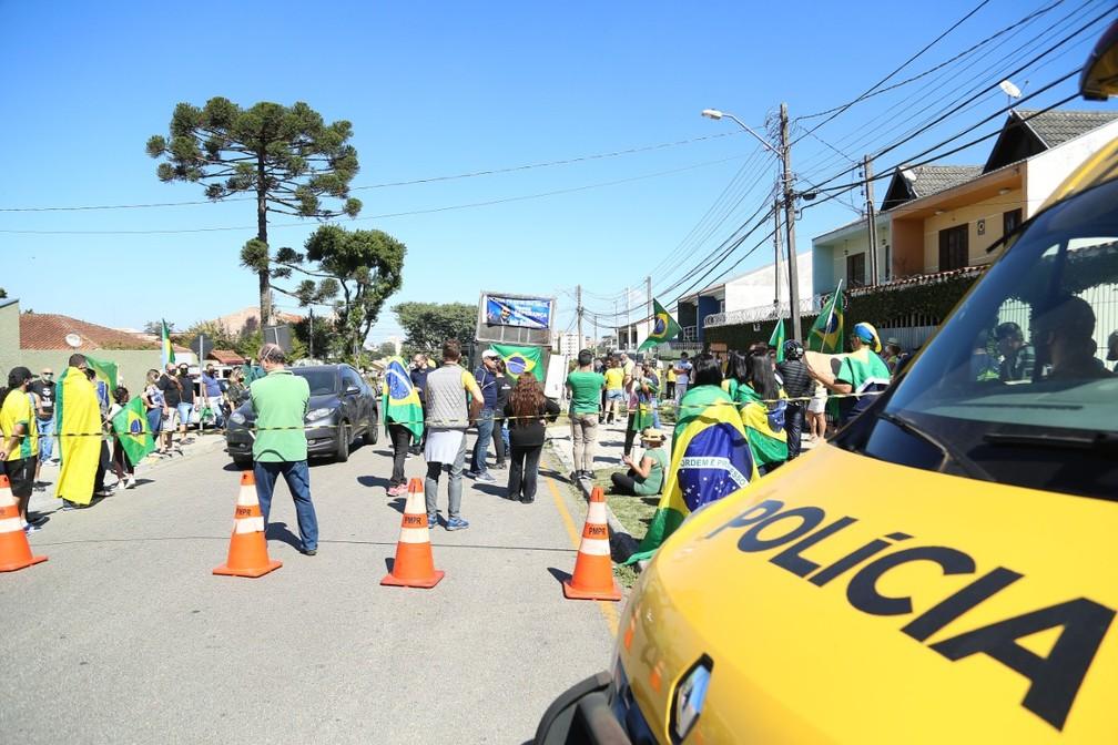 Manifestantes estão reunidos com bandeiras, faixas, carro de som e gritam palavras de ordem — Foto: Giuliano Gomes/PR Press