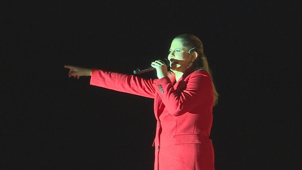Marília Mendonça sobe ao palco antes de show na Praça da Estação, em BH — Foto: Reprodução/TV Globo
