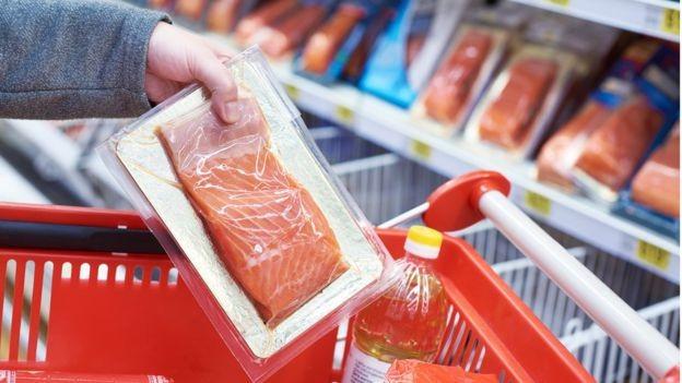 Participantes do estudo ingeriram alimentos como peixes, que estavam embalados com plástico (Foto: Getty Images via BBC News Brasil)