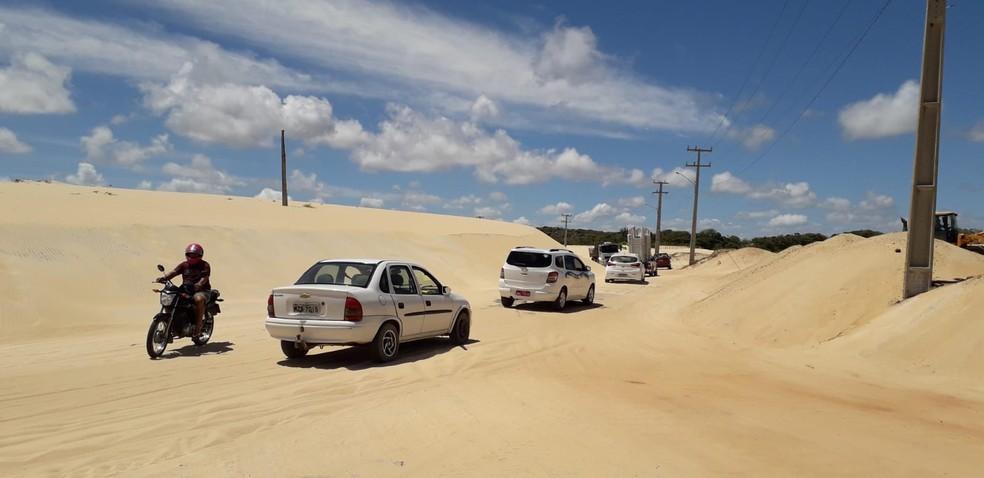 Resultado de imagem para DER-RN inicia retirada de areia da estrada de Pitangui (RN-305)