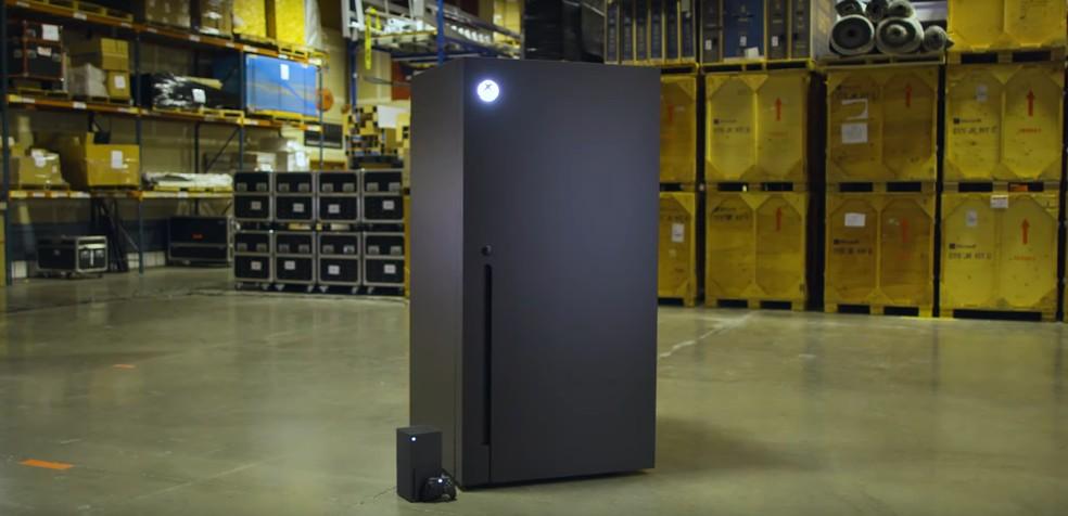Xbox Series X e a geladeira inspirada no seu encorpo lado ao lado — Foto: Reprodução/Microsoft