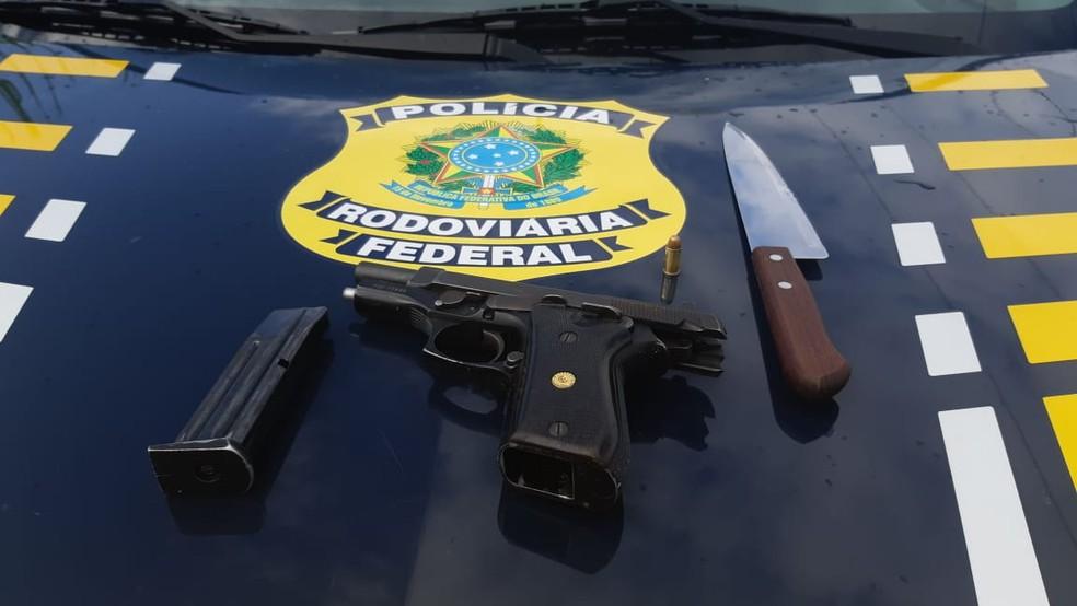Armas apreendidas pela Polícia Rodoviária Federal após assaltantes serem espancados por trabalhadores rurais — Foto: PRF/Divulgação
