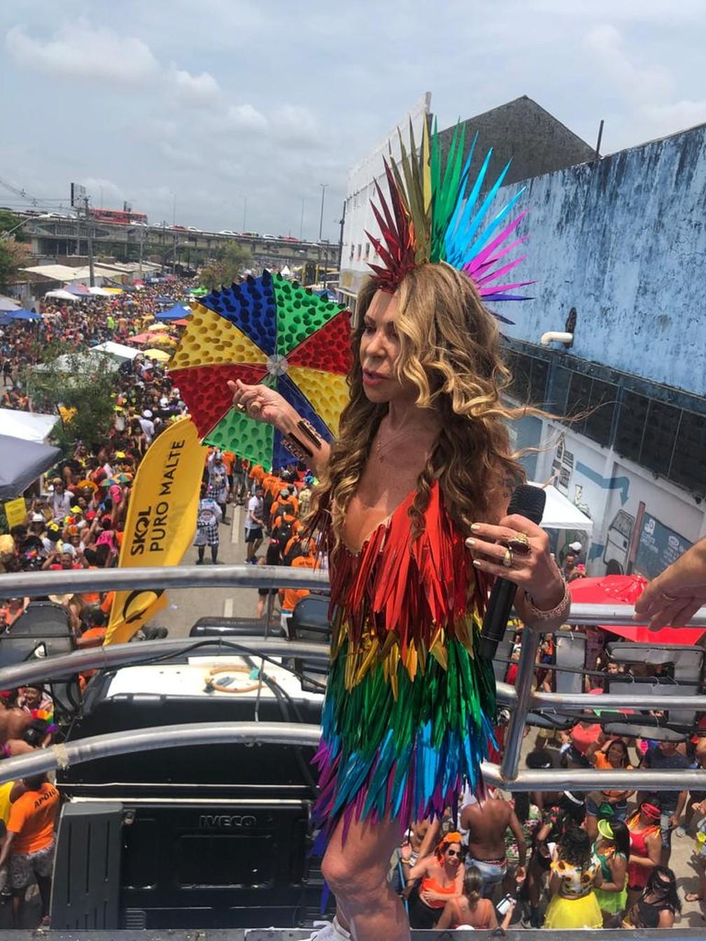 Elba Ramalho desfila em trio elétrico no Galo da Madrugada 2020 — Foto: Beatriz Castro/TV Globo