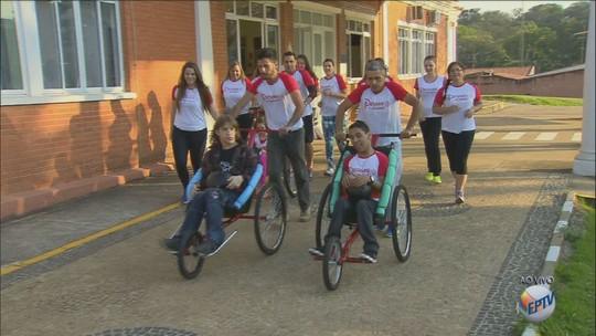 """Projeto procura """"pernas voluntárias"""" para empurrar triciclos na Integração"""