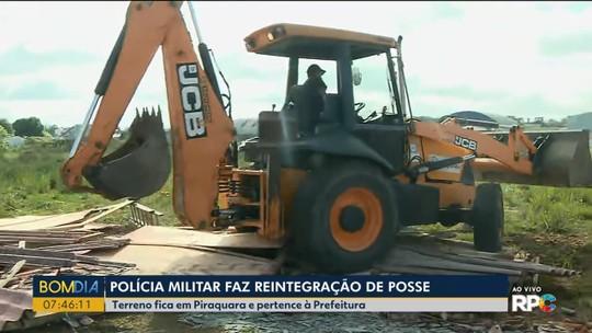 Policiais fazem reintegração de posse em Piraquara para retirar moradores de terreno da prefeitura
