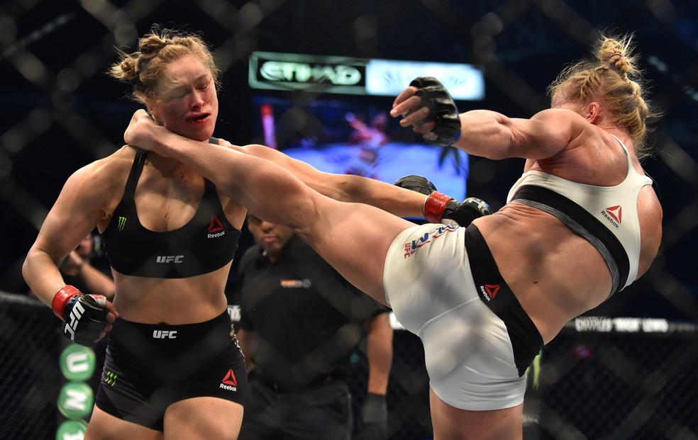 Holly Holm nocauteia Ronda Rousey no UFC 193 — Foto: Getty Images
