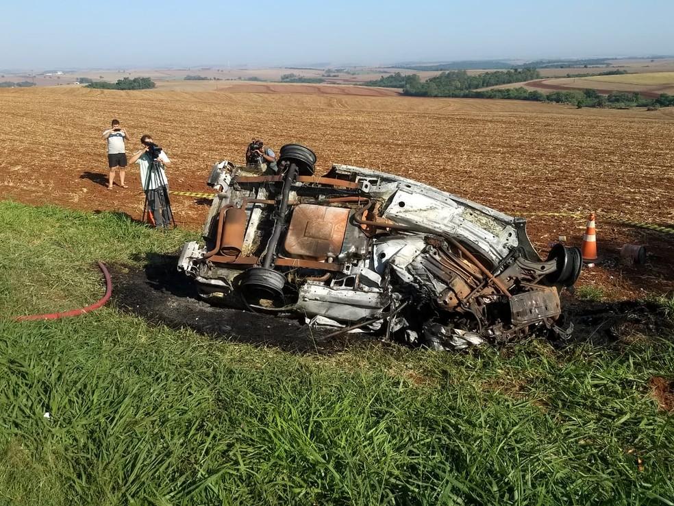 Picape pegou fogo após batida contra caminhão na PR-445, em Cambé; motorista morreu no local — Foto: Eduardo Lhamas/RPC