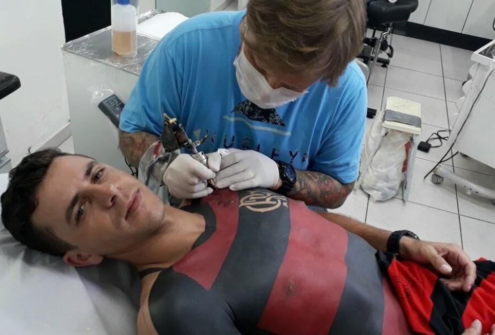 Finalização da tatuagem foi transmitida pelas redes sociais (Foto: José Maurício Dos Anjos/Arquivo Pessoal)