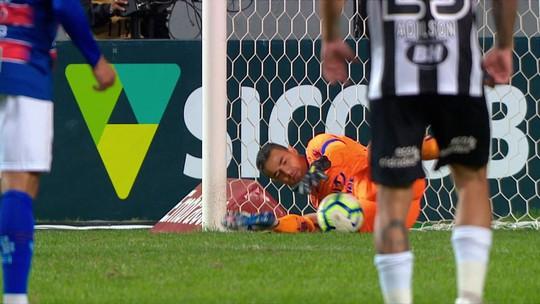 VAR manda pênalti voltar, mas Felipe Alves defende também a segunda cobrança do Galo