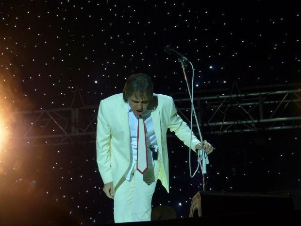 Roberto agradece o público por mais um show na capital curitibana (Foto: Adriana Justi / G1)