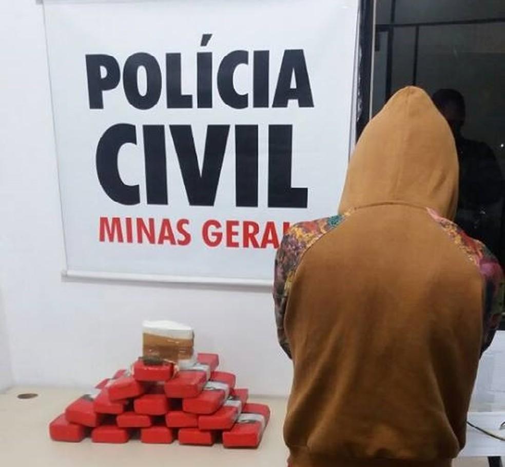 -  Drogas foram encontradas em uma das mochilas da jovem  Foto: Polícia Civil/Divulgação