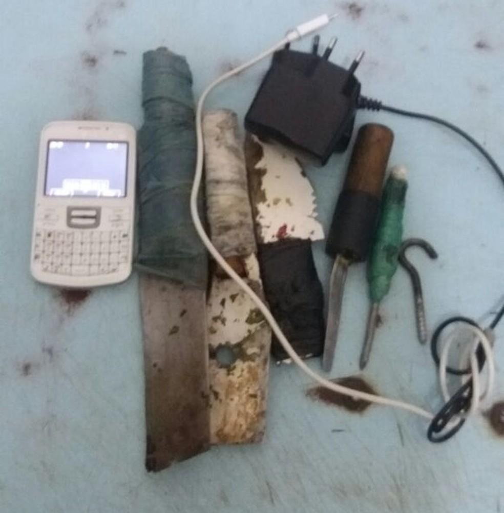 Objetos foram encontrados durante uma revista na cadeia (Foto: PM/ Divulgação)