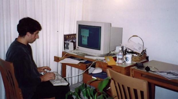Sergey Brin no primeiro escritório do Google: negócio criado na bancada da sala (Foto: Reprodução)