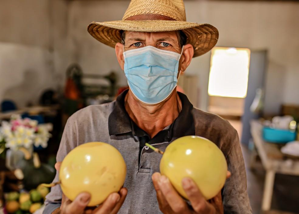 Ademir Rodrigues Pereira, 58 anos, está há 16 no assentamento. Em sua propriedade, ele produz mandioca, maracujá, abóbora, leite e queijo — Foto: Divulgação