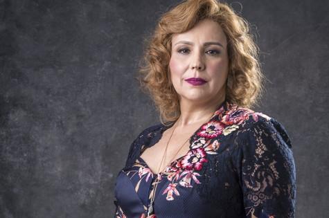 Ondina (Ana Beatriz Nogueira), também guardiã da fonte, é dona da única pousada da cidade e cafetina do bordel Paraíso de Ondina (Foto: TV Globo)