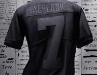 Edição especial de camisa de Colin Kaepernick esgota em segundos e já é negociada pelo triplo do valor