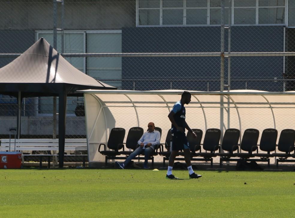Leonardo deixa treino mais cedo — Foto: Eduardo Moura