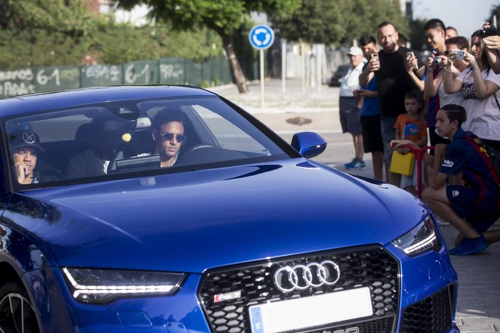 Neymar chegou ao CT do Barça acompanhado por amigos (Foto: Efe)