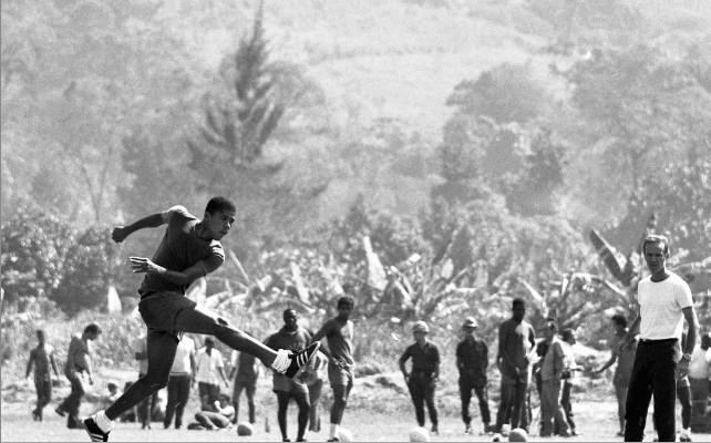 Dadá Maravilha observado por Zagallo em treino da seleção, em 1970