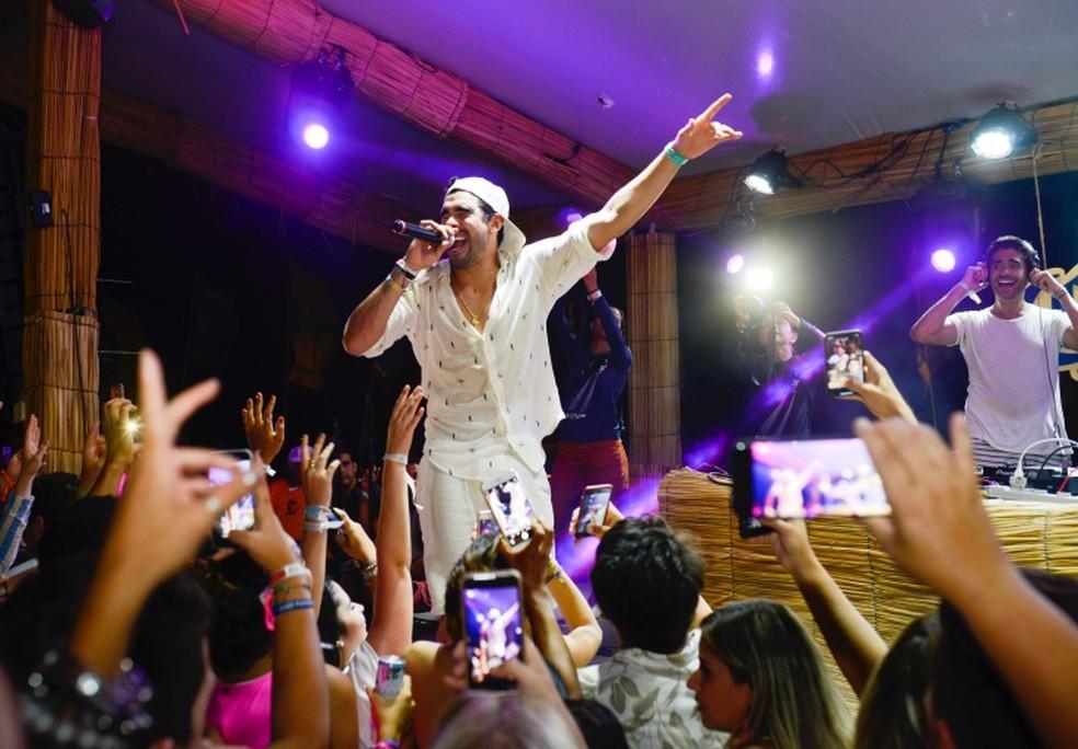 Gabriel Diniz faz show em em Fernando de Noronha — Foto: Keila Castro/Divulgação