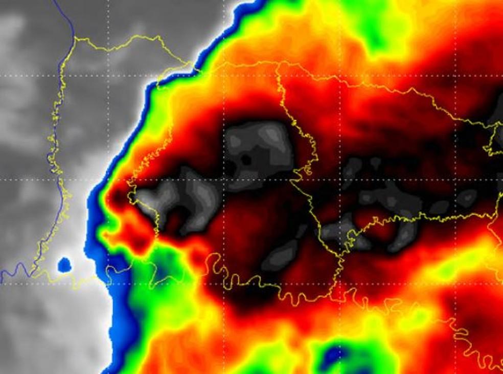Imagem do Canal Realçado do Satélite Goes-16, por volta de 17h, do dia 10 de junho de 2020. Locais com tons de cores mais escuros, indicam temperatura do topo da nuvem com maior desenvolvimento vertical — Foto: Defesa Civil/Divulgação