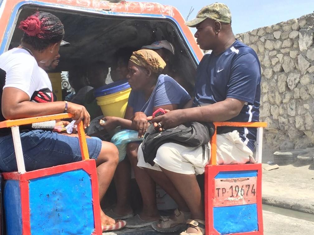 Passageiros de um tap tap em Porto Príncipe (Foto: Tahiane Stochero/G1)