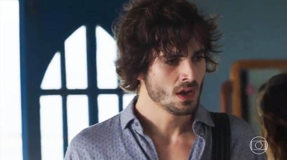 Ruy (Fiuk) fica em choque ao saber da gravidez de Rita (Isis Valverde)  — Foto: Globo