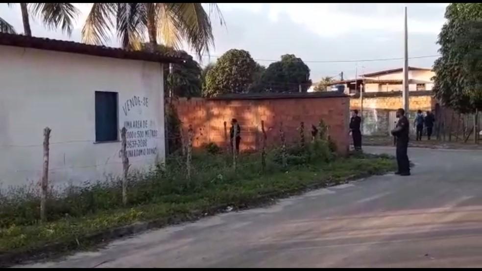 Policiais federais cumpriram mandados de busca e apreensão no bairro de Murissatuba, em Camaçari — Foto: Adriana Oliveira/TV Bahia