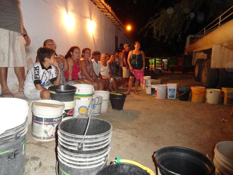 Em duas cidades do Ceará, famílias dependem de água distribuída em poços e caixas d'água — Foto: André Teixeira/G1