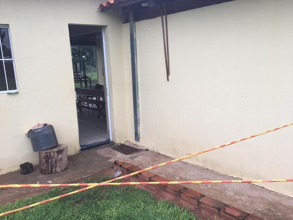 Porta dos fundos da casa foi encontrada aberta, sem sinais de arrombamento — Foto: Aline Costa/G1