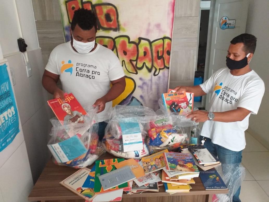 Live arrecada livros infantis para moradores em situação de rua de Salvador; saiba como doar