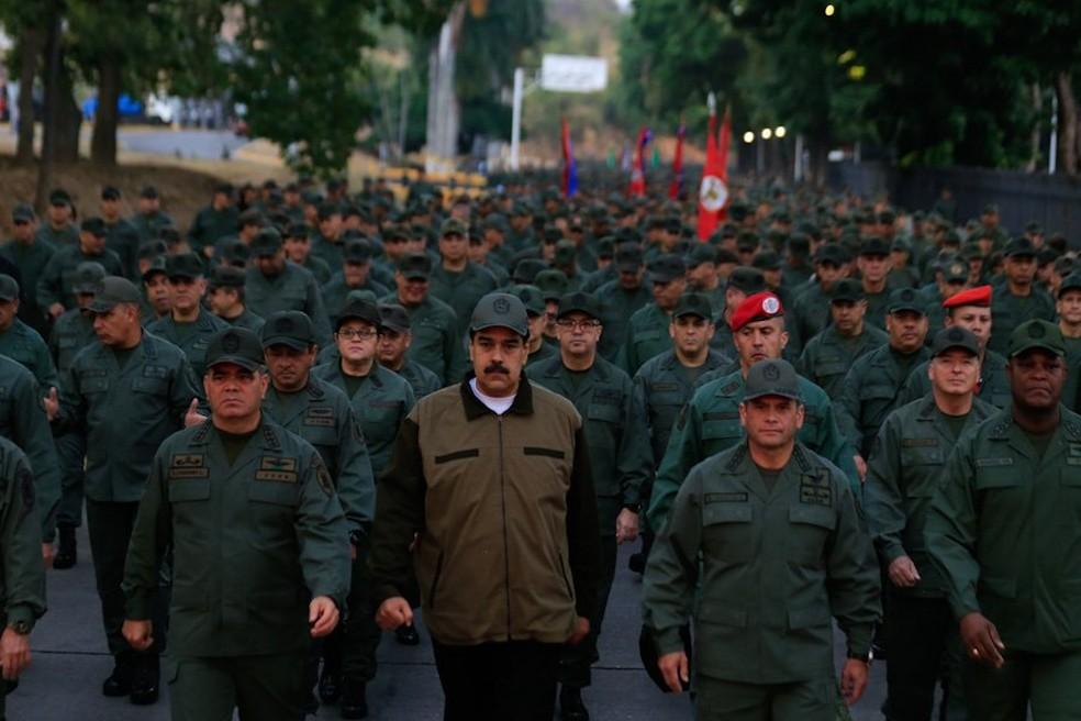 Maduro (ao centro) e ministro da Defesa, Vladimir Padrino (esq.) em marcha militar — Foto: Divulgação/ Ministério Defesa da Venezuela