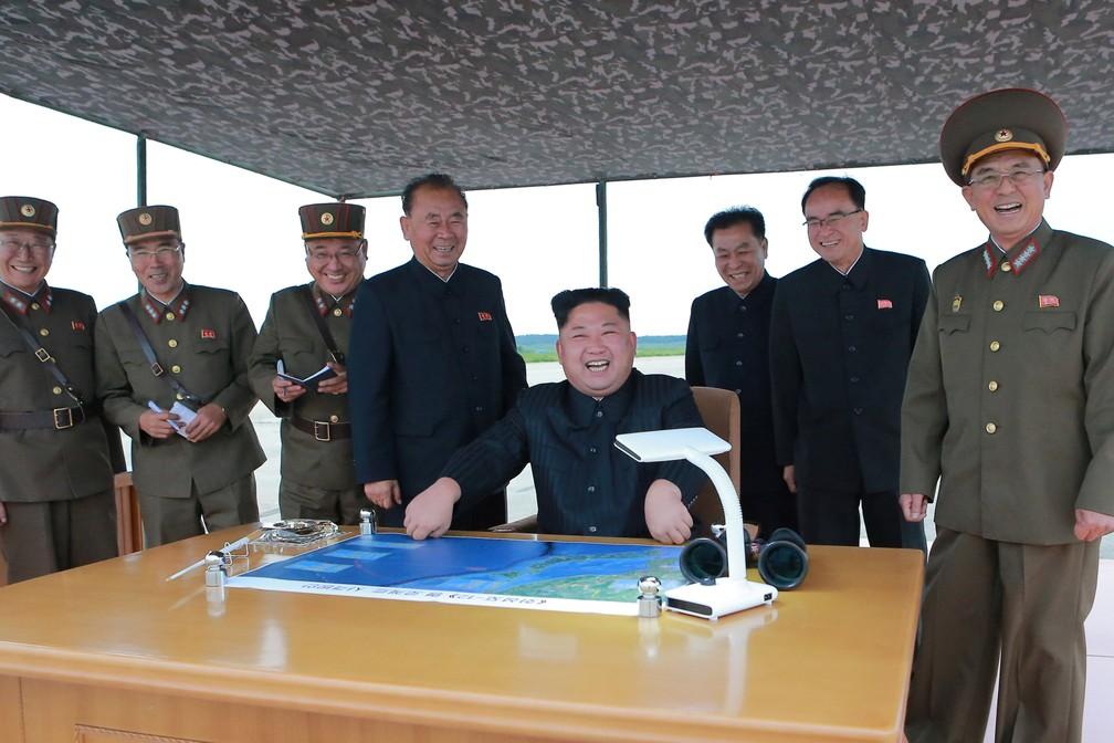 Kim Jong Un acompanha lançamento de míssil de médio alcance em foto divulgada nesta quarta-feira (30, pela hora local) pela agência estatal norte-coreana KCNA, sem especificação de quando foi tirada (Foto: Reuters/KCNA)