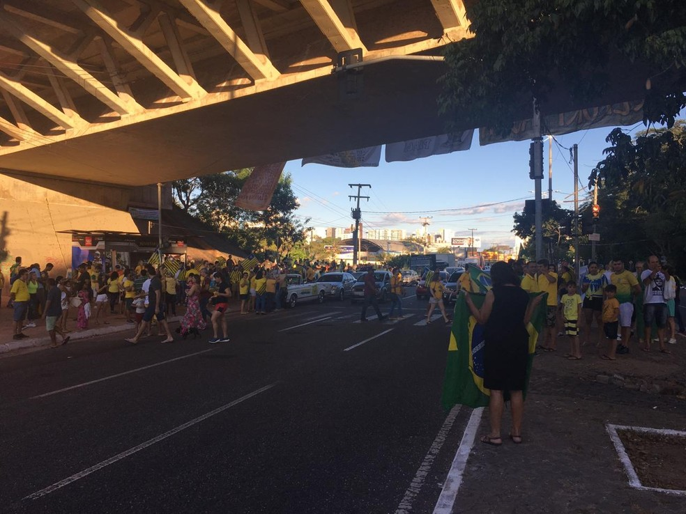 TERESINA, 17: manifestantes vestidos nas cores verde e amarela no Complexo da Ponte Estaiada neste domingo (30)  — Foto: Maria Romero/G1 PI