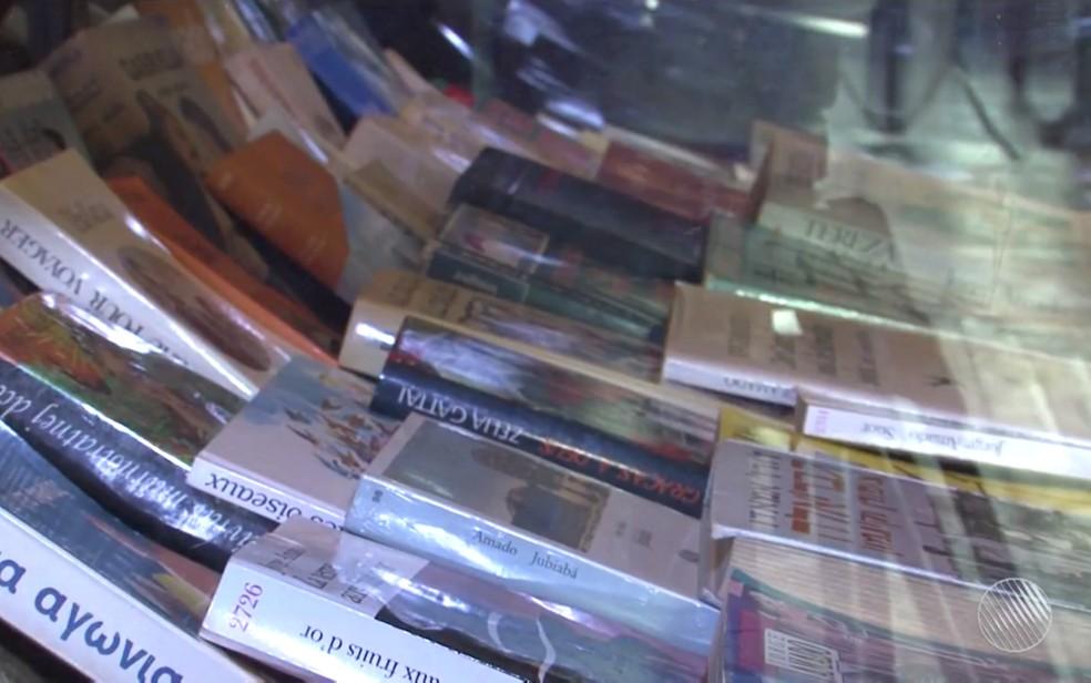 Obras de Jorge traduzidas em diversos idiomas estão expostas no local (Foto: Reprodução/TV Santa Cruz)