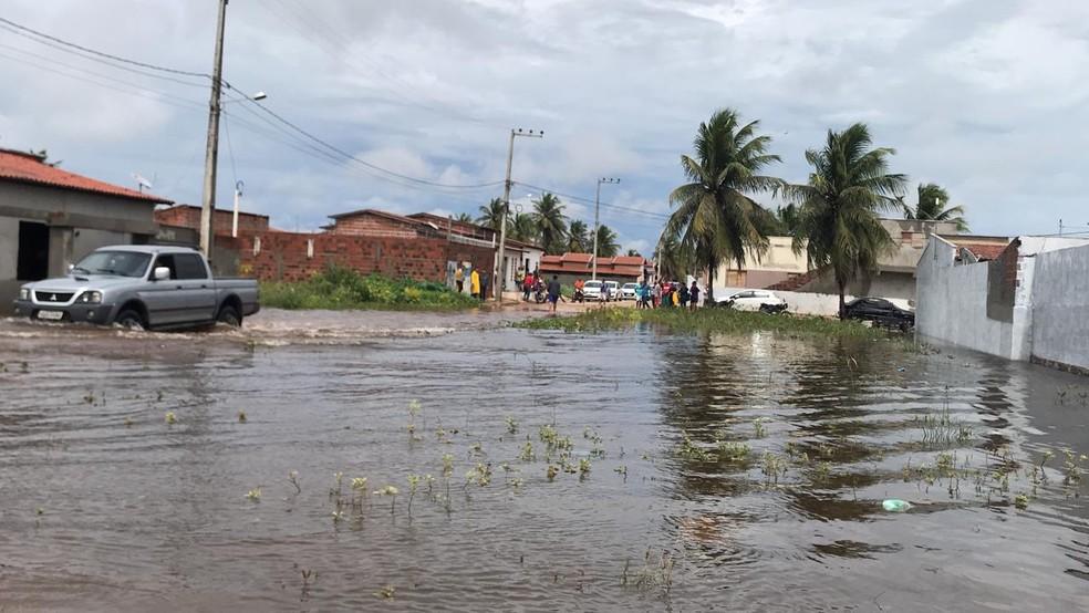 Ruas do município do litoral Norte potiguar continuam alagadas nesta terça-feira (10) (Foto: Michelle Rincon/Inter TV Cabugi)