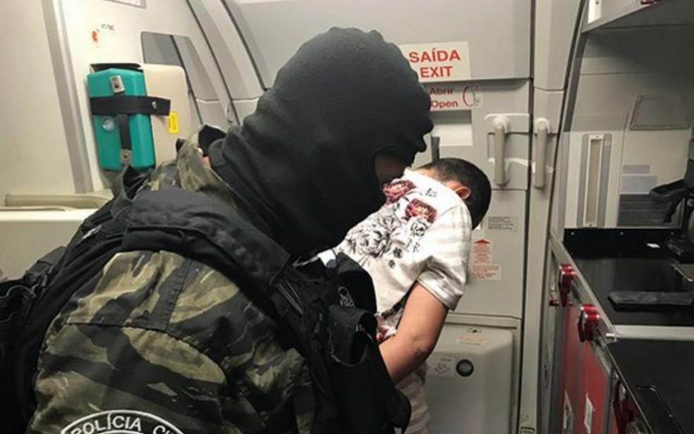 Stephan de Souza Vieira chegou a Goiânia escoltado no domingo (Foto: Polícia Civil/Divulgação)